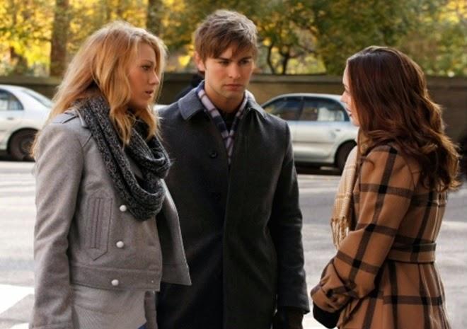 Escena de la serie gossip girls. Serena, Blair y Nate conversado