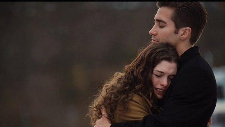 Escena de la película amor y otras adiciones, chica abrazando a un chic mientras llora
