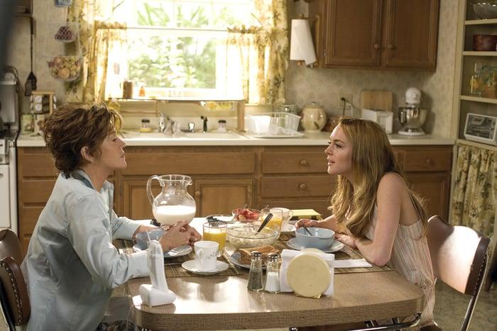 Madre e hija conversando mientras desayunan en la cocina