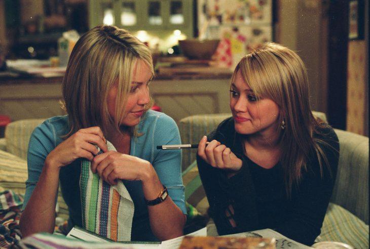 Escena de la película lo que una chica quiere. Madre e hija sentadas conversando