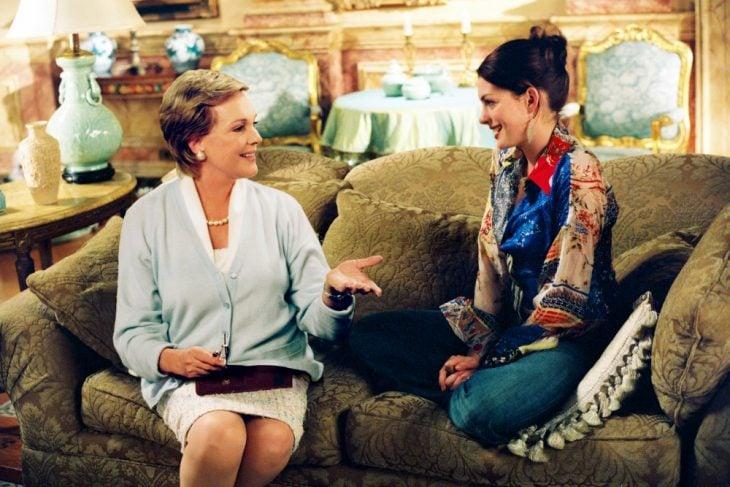 Escena de la película el diario de la princesa. Abuela y nieta sentadas conversando en el sofá