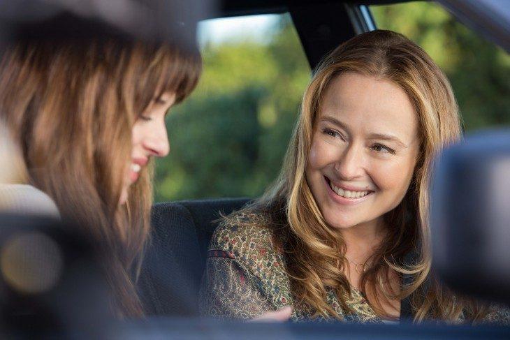 Escena de la película 50 sombras de grey madre e hija en un carro conversando