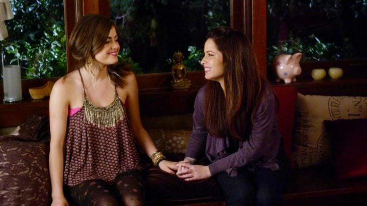 Escena de la serie pretty little liars. Aria y su madre conversando