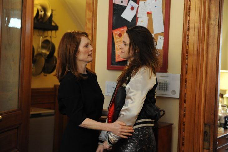 Escena de la película still alice. Madre e hija conversando en la cocina
