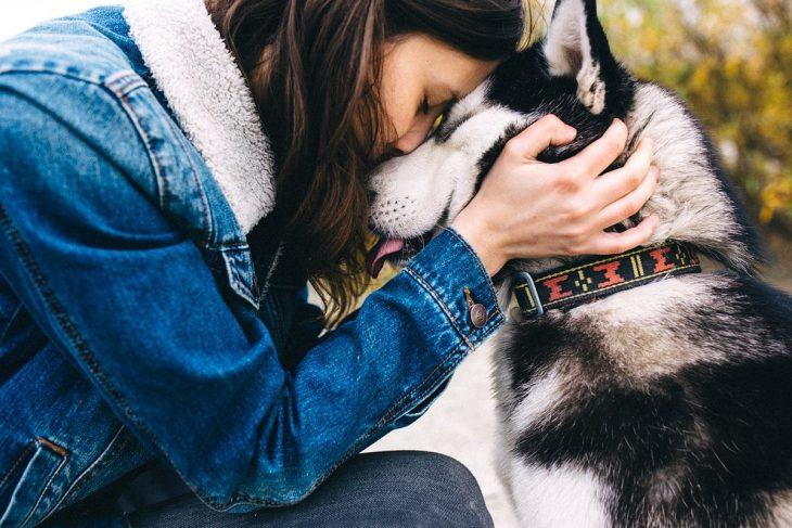 Chica junto a su perro husky