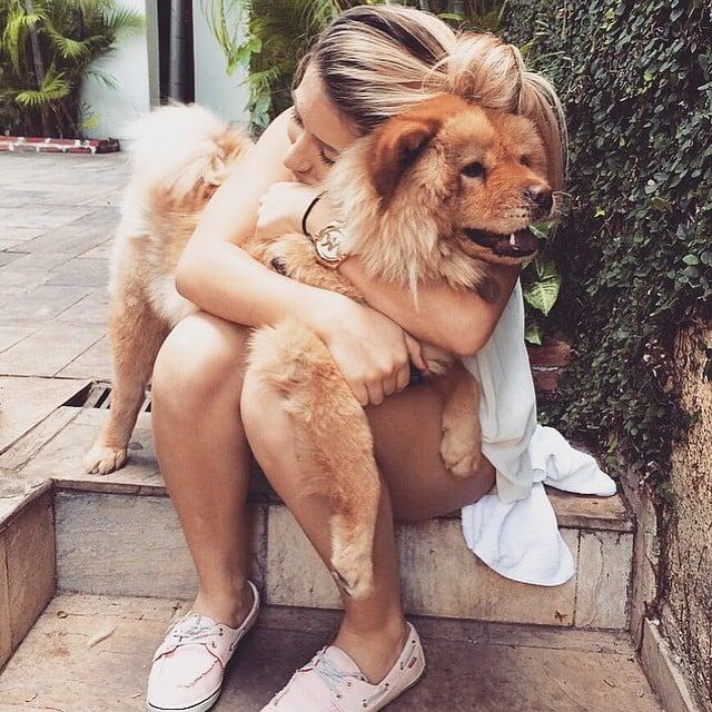 Chica abrazando perro chow chow