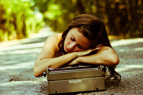 chica dormida sobre maleta