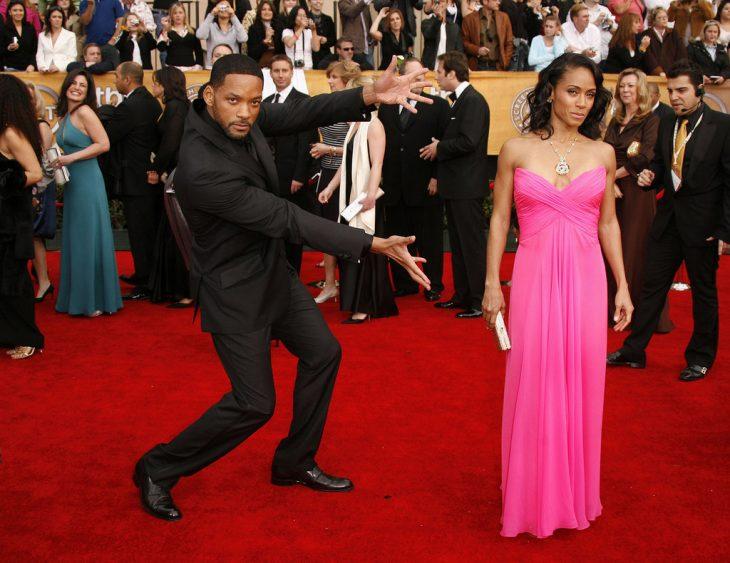 hombre presume a su mujer en alfombra roja