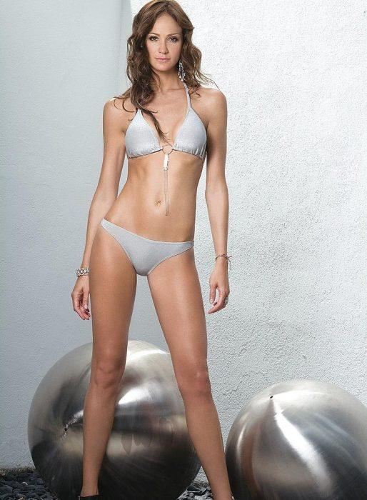 modelo cabello castaño en bikini gris