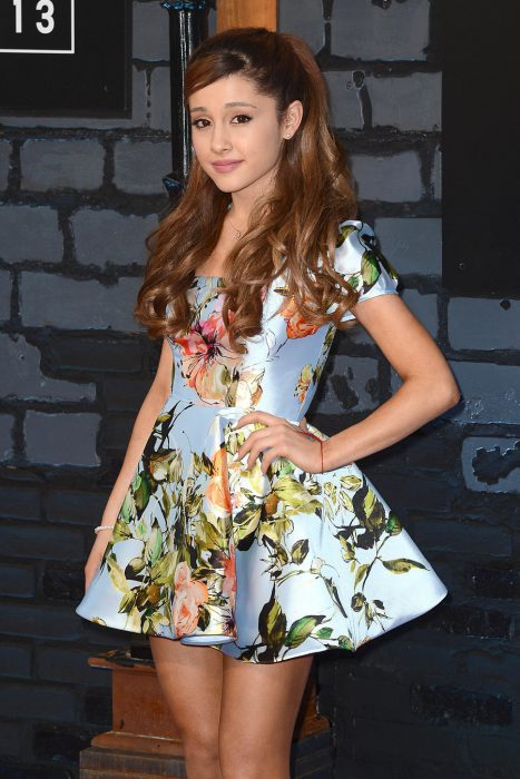 chica posando con vestido azul y flores