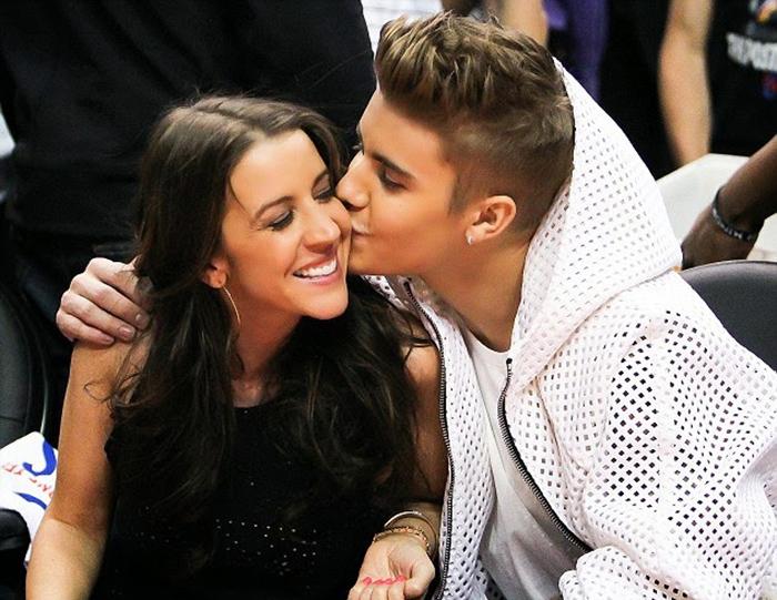 hijo dandole un beso en la mejilla a su mamá