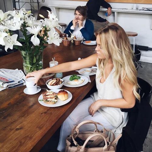 Chica tomando un desayuno