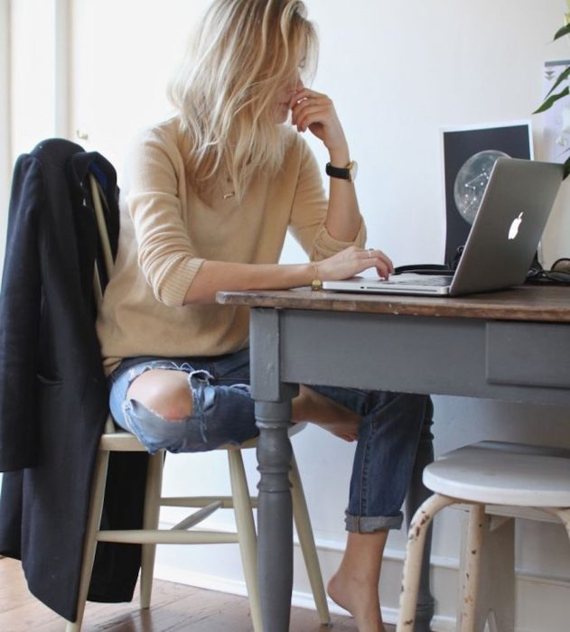 mujer sentada trabajando en lap top imac