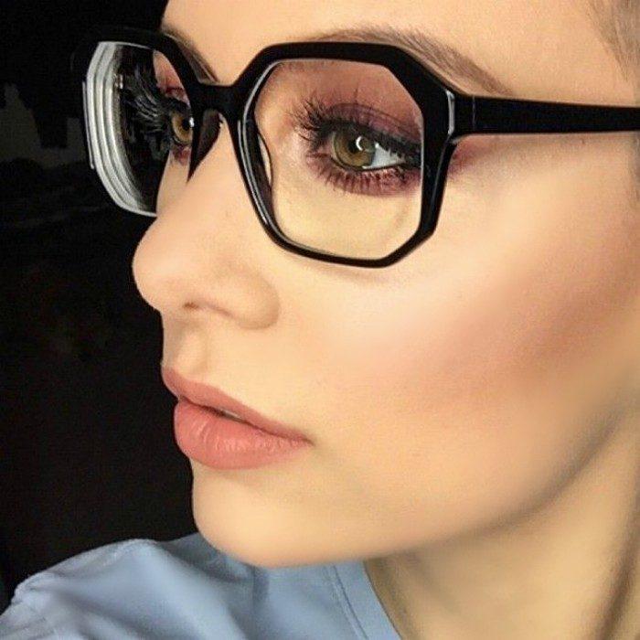 mujer con pestañas grandes y lentes