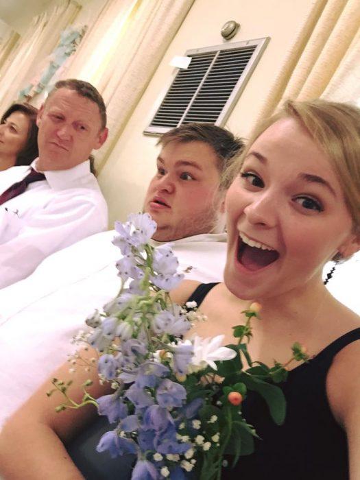 pareja de novios chica con ramo de novia chico asustado viral
