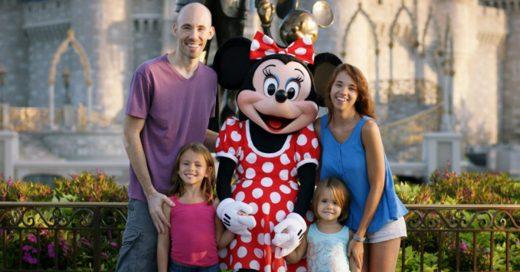 Familia sorda platica con Minnie Mouse