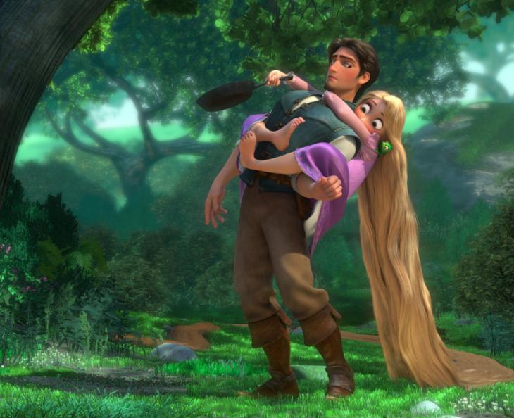 mujer abrazada arriba de un hombre con miedo