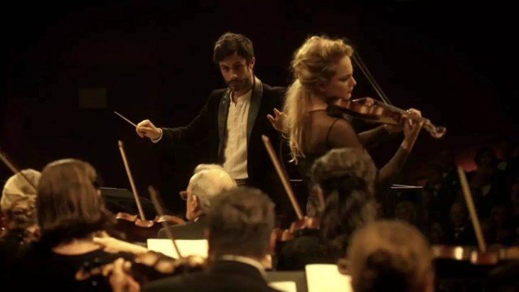 director de orquesta con violinista mozart in the jungle