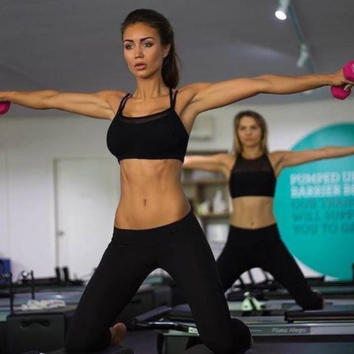 mujeres haciendo ejercicio en gimnasio con pesas