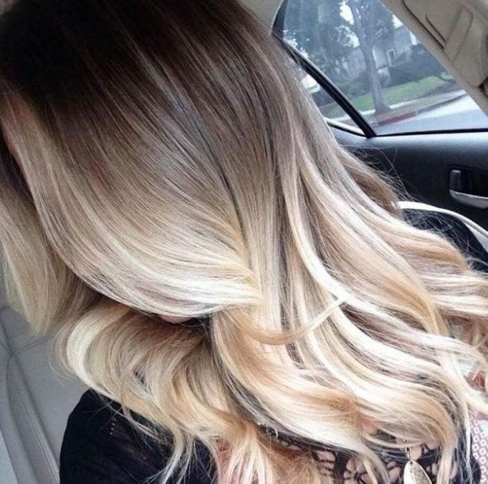 mujer cabello largo mechas californianas ombre