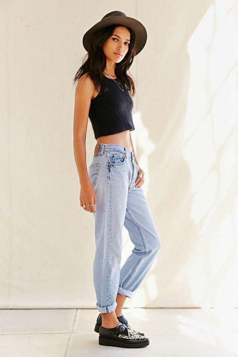 jeans a la cintura flojos con tenis y sombrero