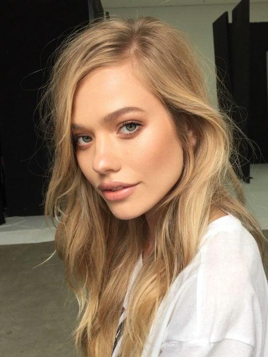 chica con maquillaje natural e iluminador en el rostro