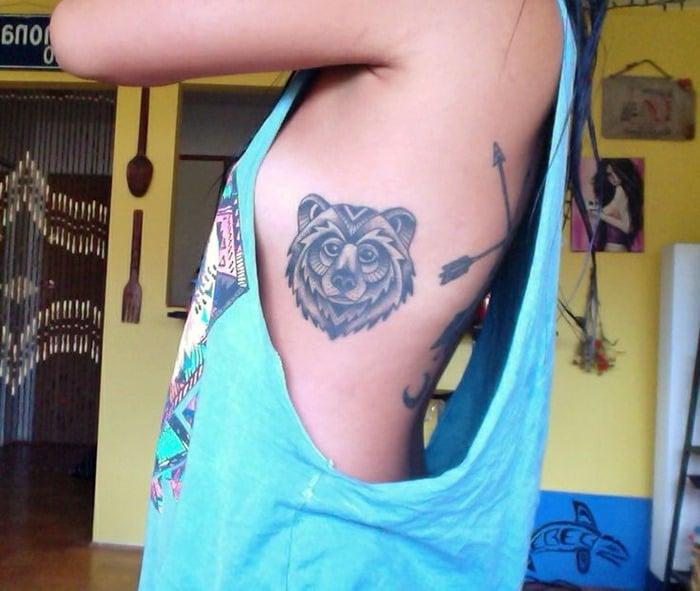 tatuaje en las costillas de oso