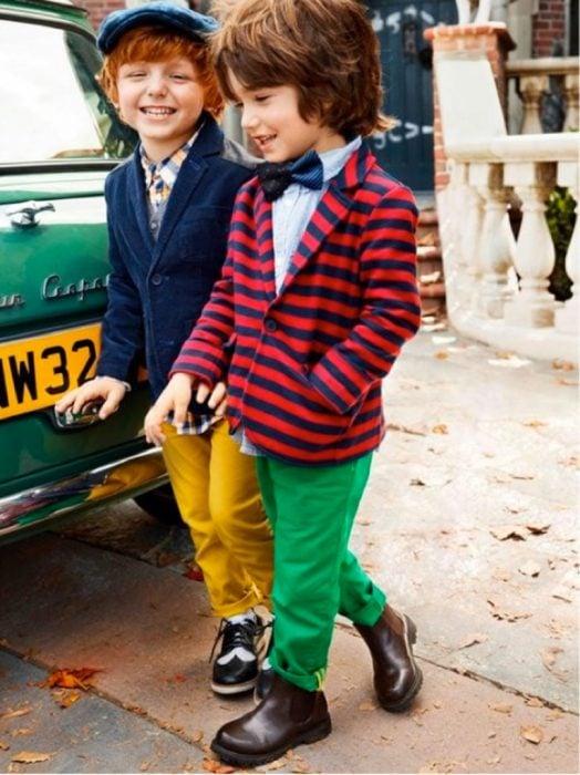 par de niños amigos a la moda caminan