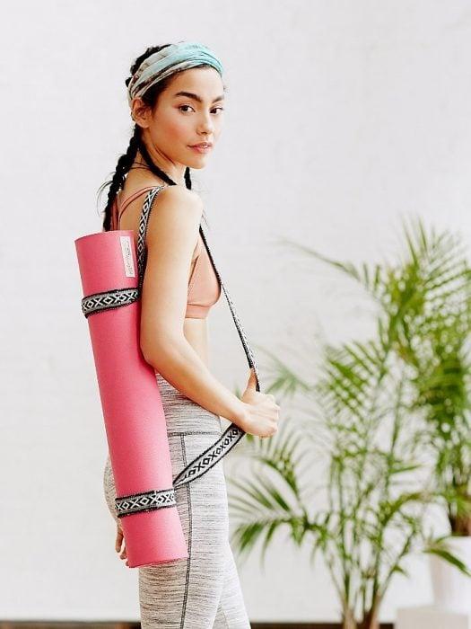 chica con tapete para yoga regalos mejor amiga