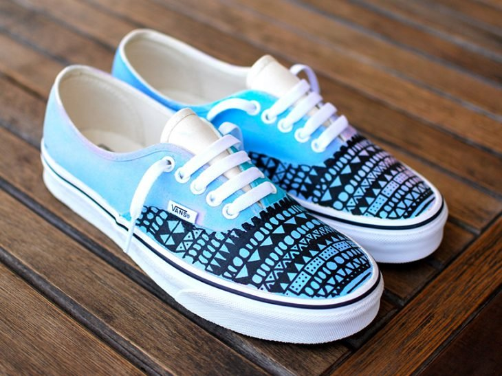 decoracion de tenis azules con sharpie