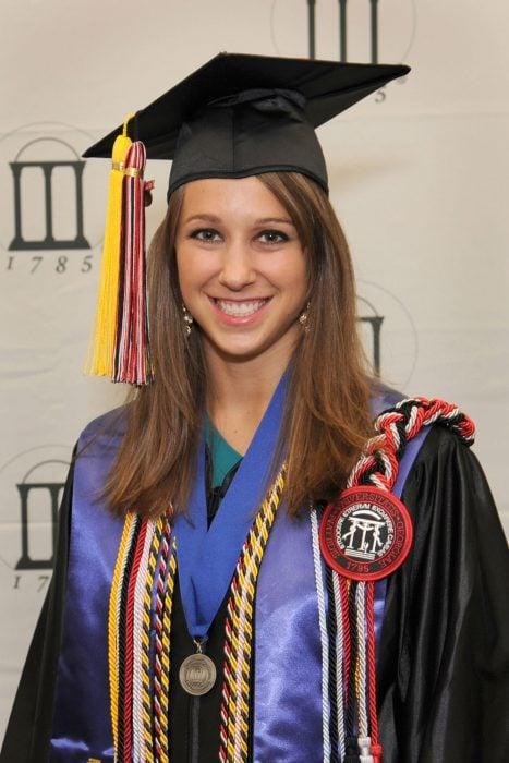 expectativa vs realidad mujer sonrie con birrete graduada con honores