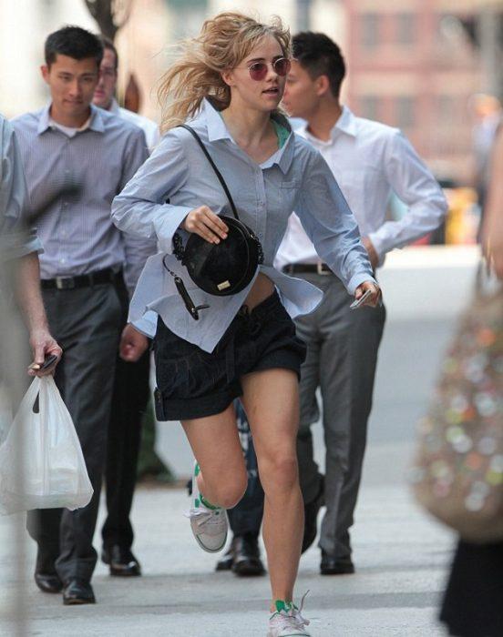 chica corriendo al trabajo