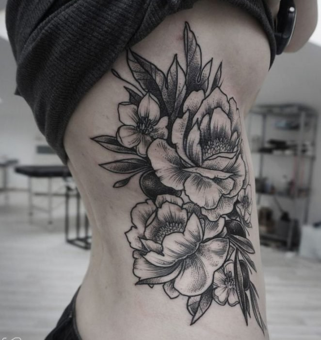 tatuaje en las costillas de flores