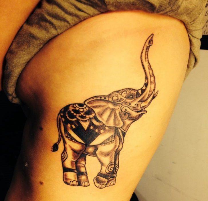 tatuaje de elefante en las costillas