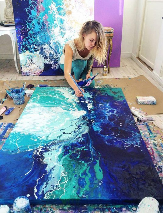 mujer en el suelo pintando obra pintura