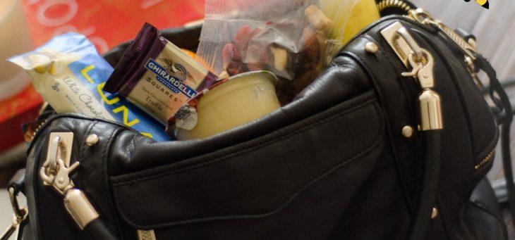 bolsa con dulces y galletas dentro