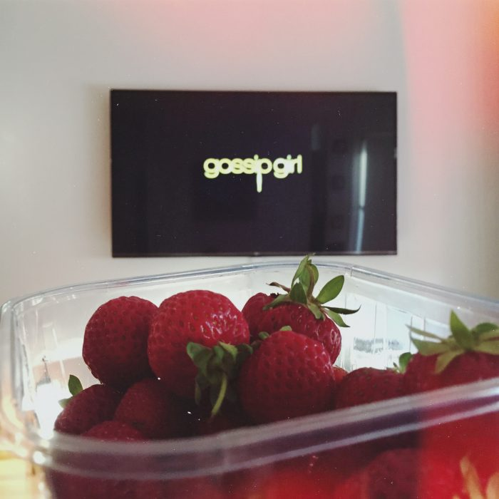 pantalla con gossip girls tupper con fresas