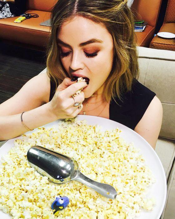 mujer comiendo palomitas