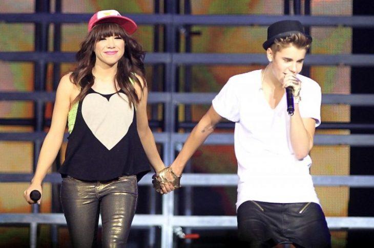 Justin y Carly Rae Jespen en un concierto tomados de la mano