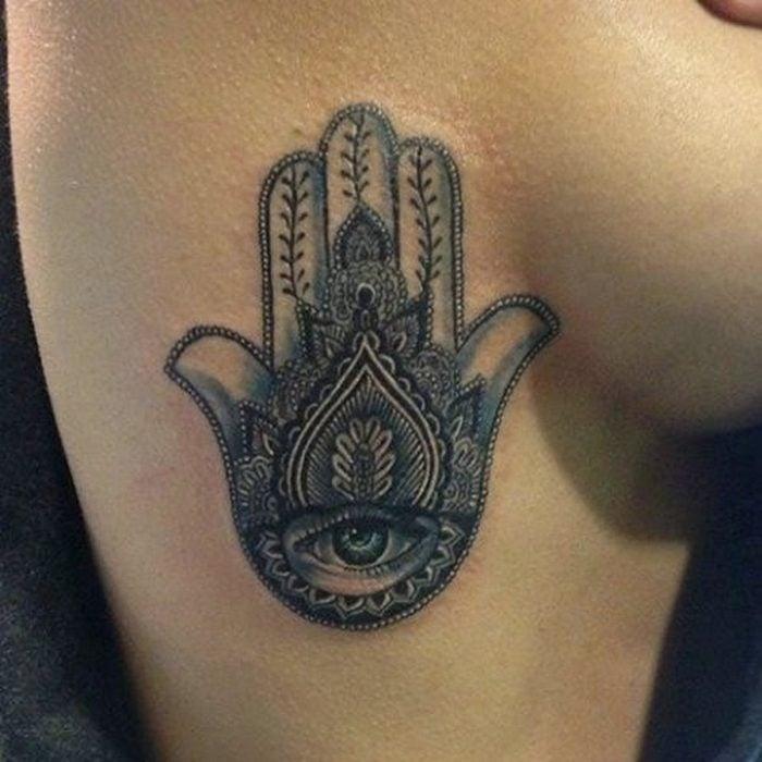 tatuaje de mano indu en las costillas