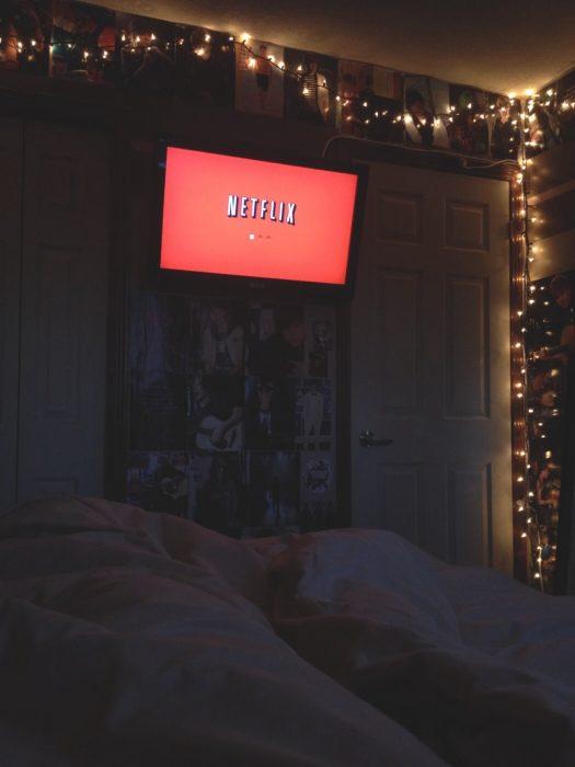 cama oscura con netflix y cama