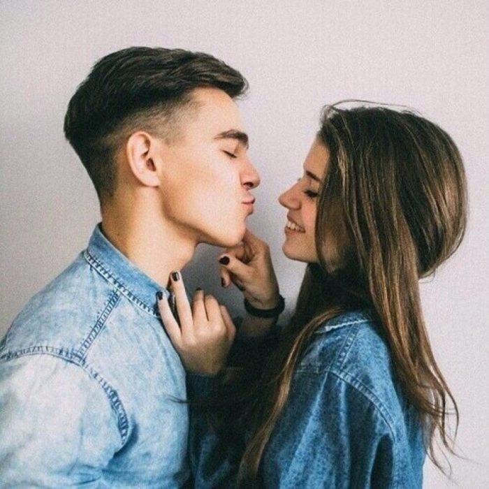 pareja enamorados chica sonrie el la va besar