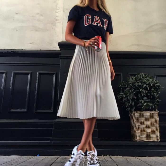 falda larga gris tenis y playera gap