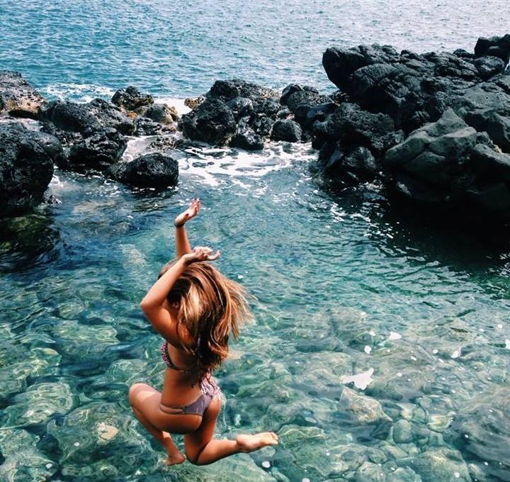 mujer saltando al agua en bikini