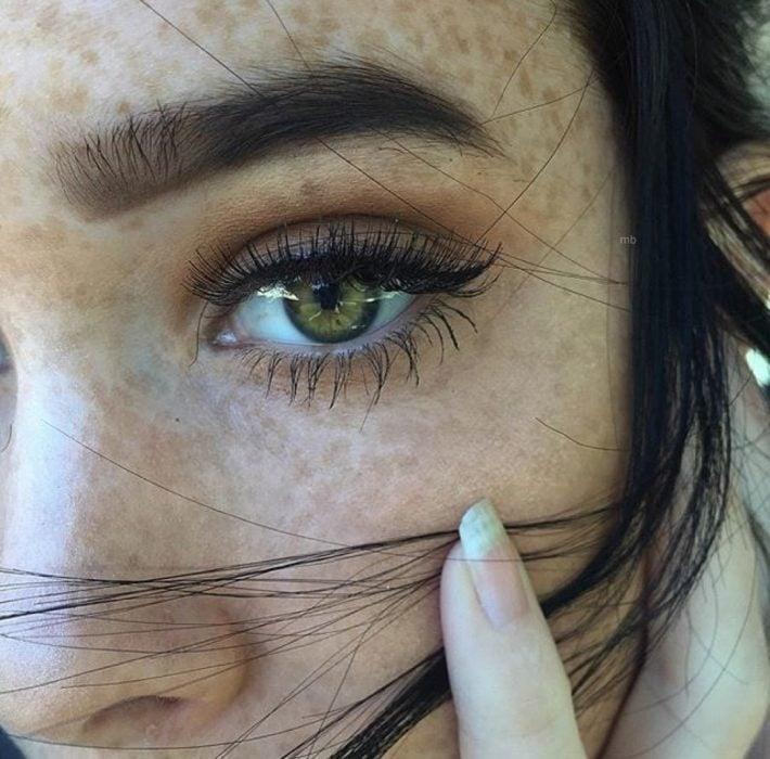 maquillaje de cejas grandes abundantes ojos verdes pecas
