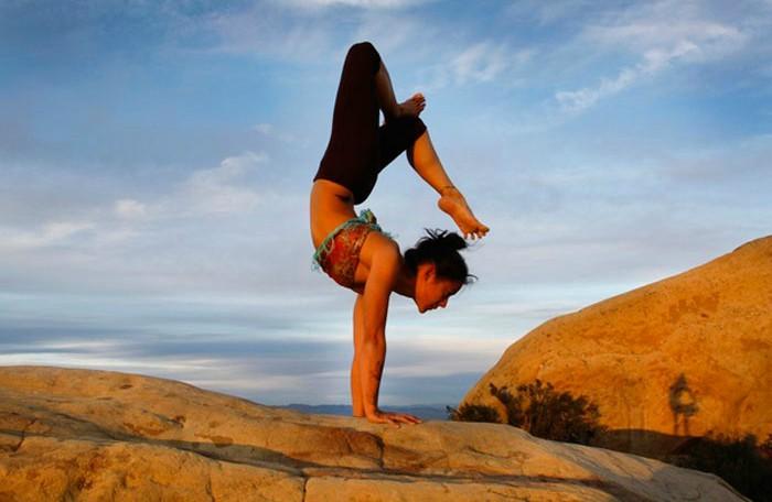mujer activada haciendo yoga