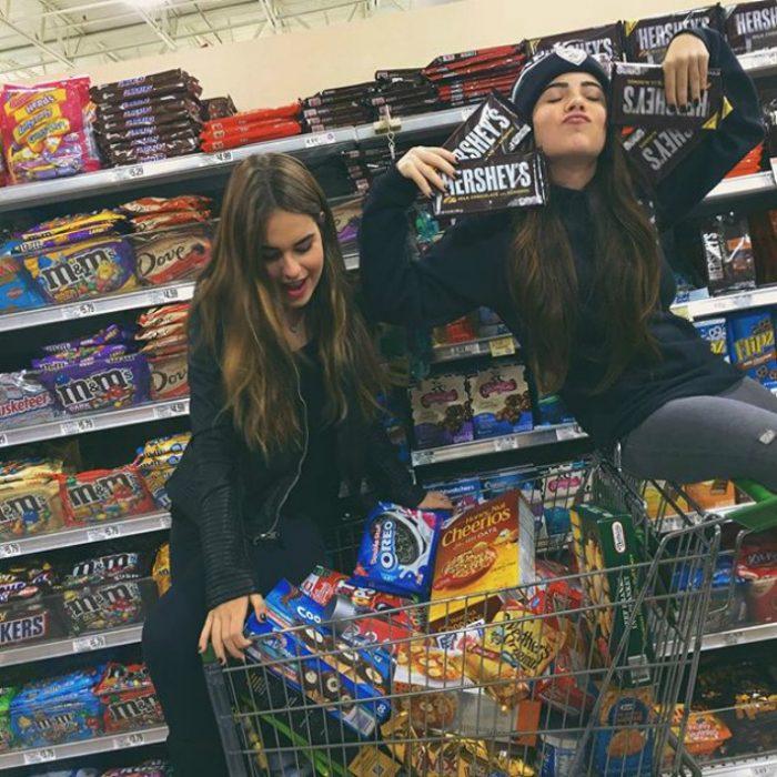 dos chicas en super comprando dulces