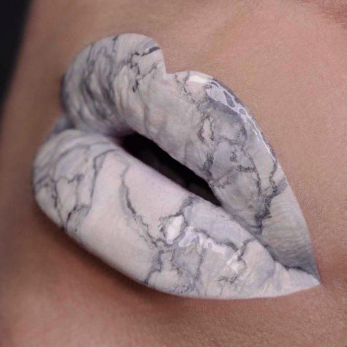 Labios pintados como un marmol de color blanco