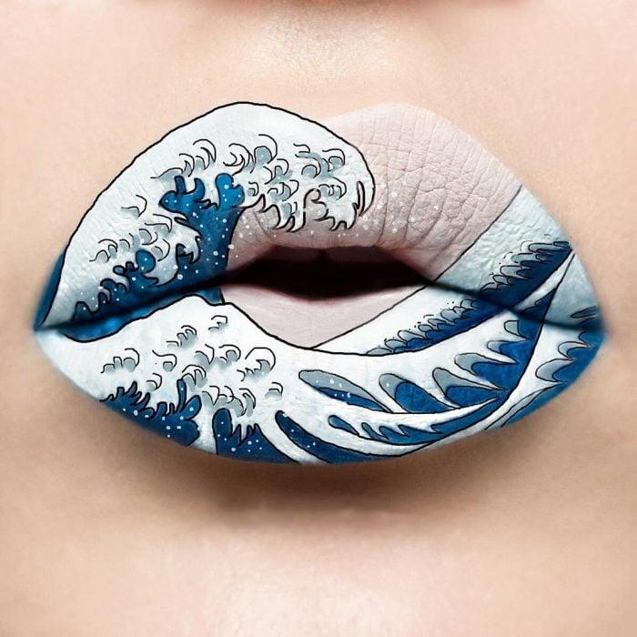 Labios pintados como si fueran unas olas del mar