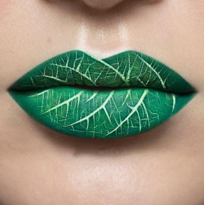 Labios pintados como si fuera una hoja de árbol